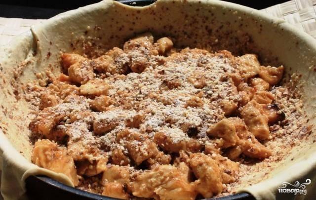 В приготовленную курицу добавляем одно яйцо, размешиваем. Начинку для пирога выкладываем на тесто.