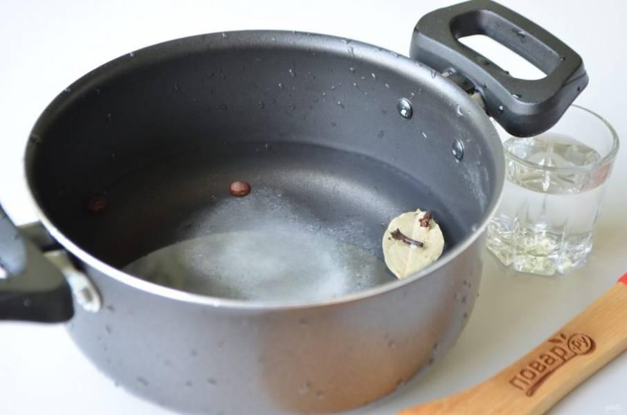 3. В кастрюлю налейте воду,добавьте сахар, соль, специи. Доведите до кипения.