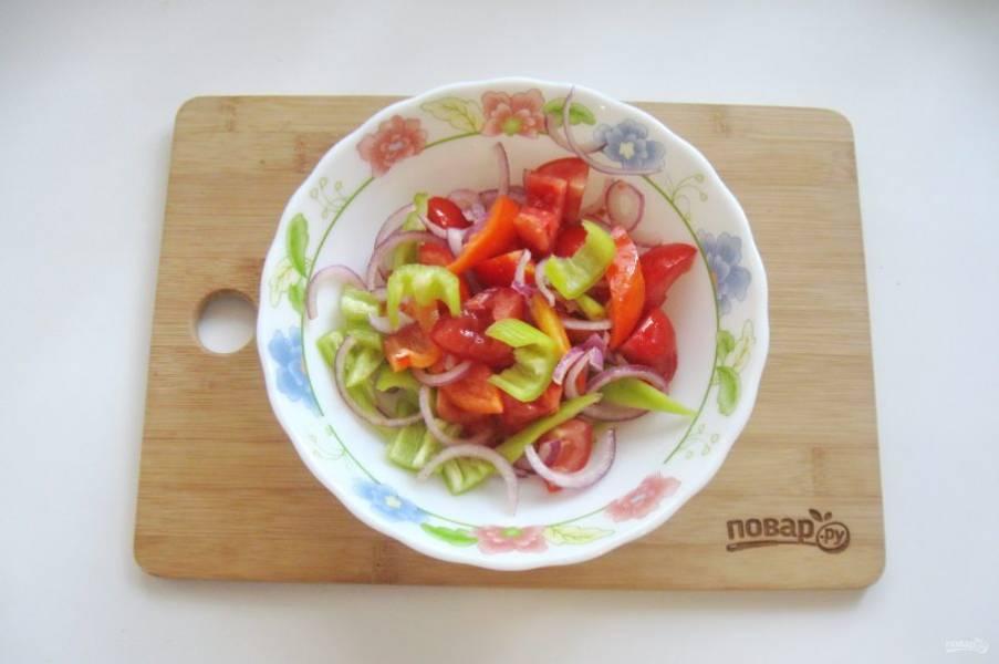 Перемешайте помидоры, лук и болгарский перец.