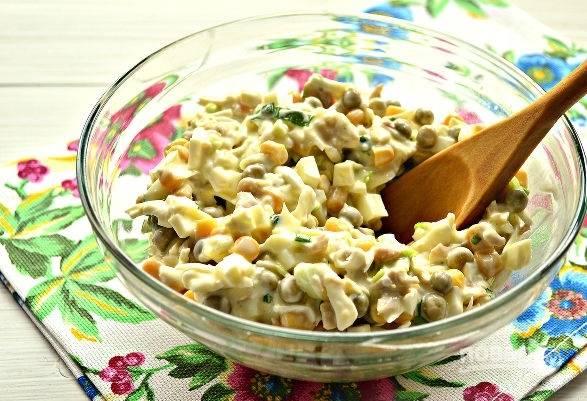 9. Аккуратно все перемешайте и салат из кальмаров с яйцом и сыром в домашних условиях можно подавать к столу. Быстро, просто и очень вкусно!