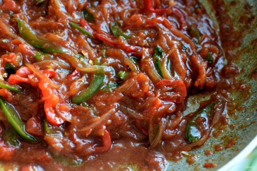 Помидоры в собственном соку измельчите и вылейте в сковороду к овощам.              Присыпьте сахаром и черным перцем, тушите пару минут. Посолите и снимите с огня.