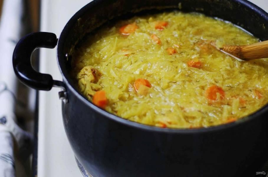 3. Далее добавьте шинкованную капусту, нарезанный лук, морковь, лавровый лист и тертую свеклу. Влейте воду.