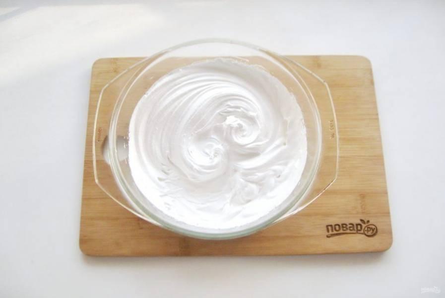 Пока куличи остывают сделайте безе. Для этого белки выложите в миску и добавьте 120 грамм сахара. Поставьте миску на водяную баню так, чтобы её дно не касалось воды. Нагрейте воду. Перемешайте белки с сахаром, пока он не растворится. После начинайте взбивать миксером. Через 5-6 минут белки начнут густеть. Когда рисунок от миксера на белках перестанет расплываться, снимите миску с водяной бани и продолжайте взбивать еще 3-4 минуты. Безе должно хорошо держать форму и иметь плотную, гладкую структуру, похожую на зефир.