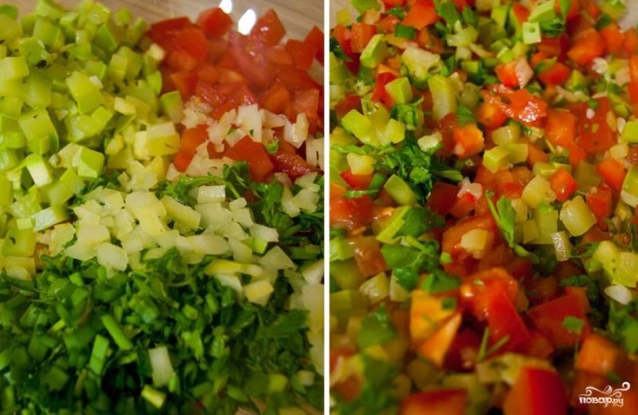 4. Затем добавляем помидор, лук, перец, корень имбиря и зелень. Обжариваем все овощи, постоянно их помешивая.