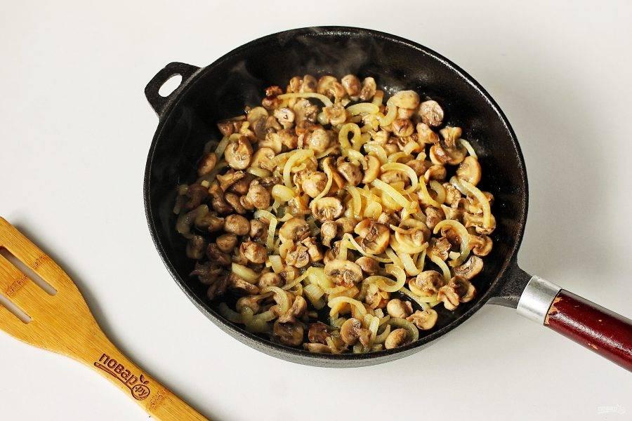Лук нарежьте перьями, грибы разрежьте на 2-4 части и обжарьте все вместе до готовности. В конце добавьте соль по вкусу.