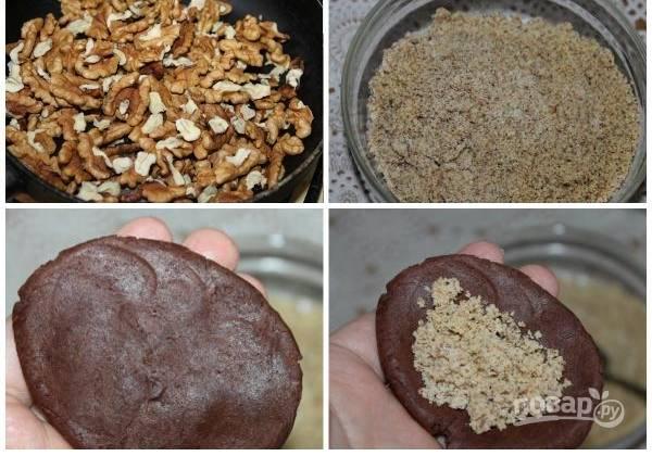 2. На сухой сковороде просушите орехи, измельчите их в крошку. Возьмите немного теста, сформируйте на ладошке лепешку, в центр выложите ореховую начинку.