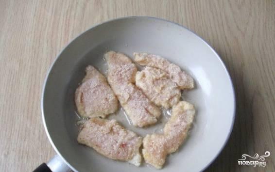 5. В сухую миску насыпьте сухари для панировки. Теперь каждый кусочек грудки обваляйте со всех сторон сухарями для панировки.