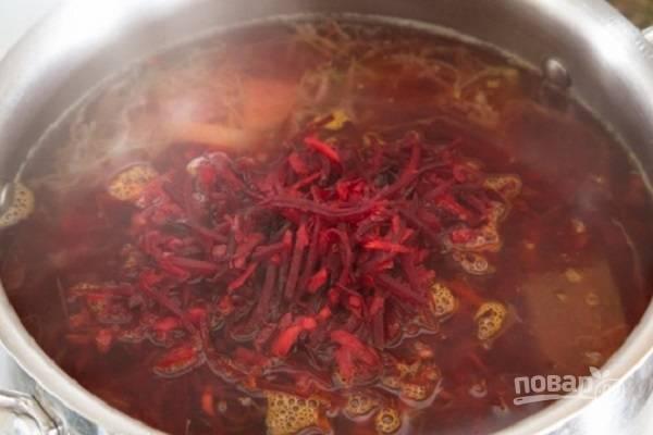 Затем добавим овощи со сковороды. Солим, добавляем молотый перец.