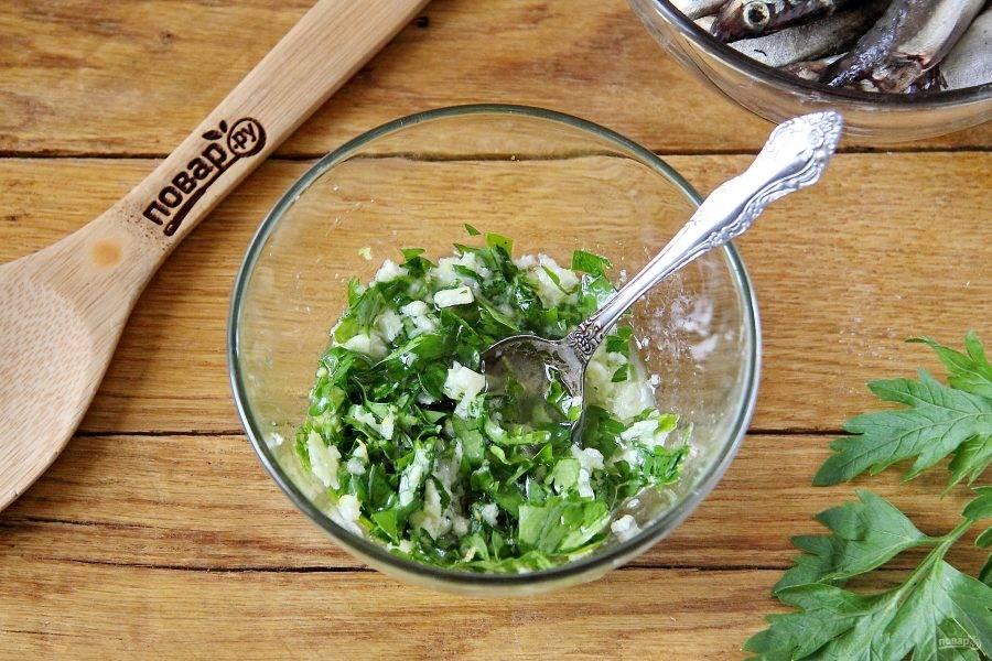 Соедините масло, пропущенный через пресс чеснок, измельченную зелень, цедру и сок лимона.