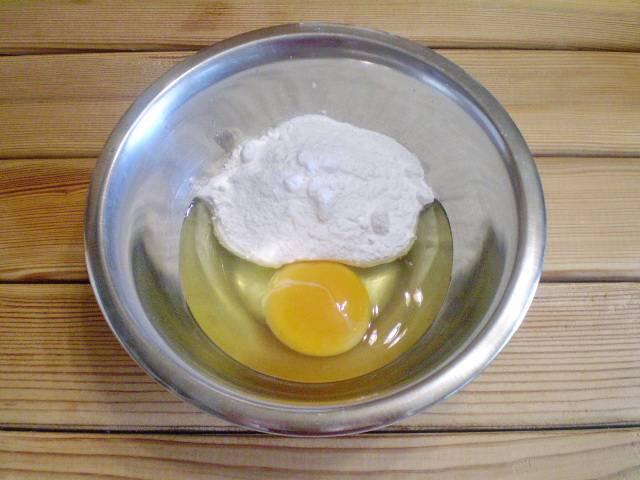 3. Теперь соединяем сырое яйцо и почти всю сахарную пудру, оставьте ложечку, чтобы посыпать печенье перед запеканием в духовке.