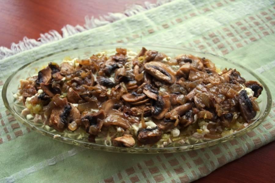 8. Следующий слой - обжаренные грибы с луком. Слой полить майонезом.