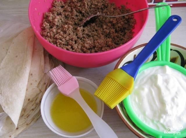 Выложите йогурт в сито, чтобы из него стекала жидкость. Масло растопите.