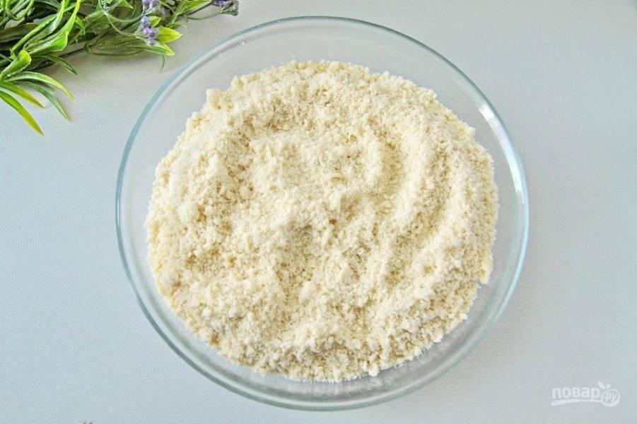 Первым делом приготовьте тесто. Соедините муку и сливочное масло, нарезанное кубиками. Перетрите все руками до состояния крошки.