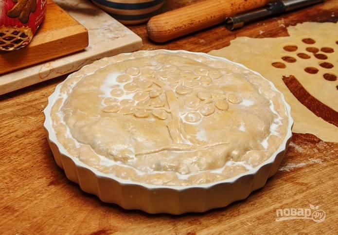 6. Второй пласт теста выложите сверху. Перед выпеканием можно смазать верх пирога взбитым желток. Отправьте в разогретую до 180 градусов духовку.