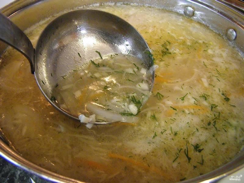 Добавьте в суп мучную заправку, но чтобы не свернулась мука комочками, вливайте на сковороду бульон и часто перемешивайте ложкой, пока смесь не станет однородной, только после этого заправку можно ввести в суп. Добавьте мелко рубленный укроп и чеснок. Проварите суп пару минут — и выключайте.