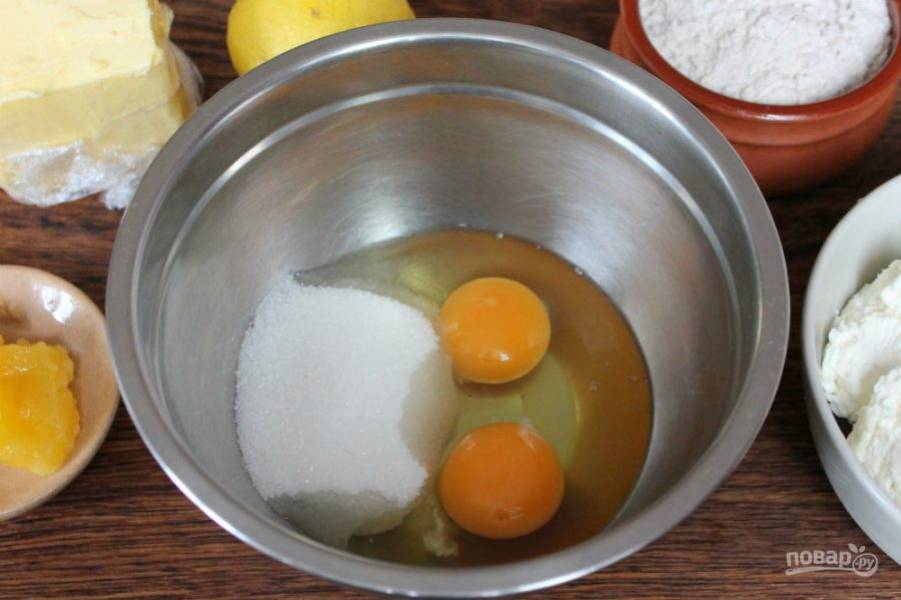 В миску насыпаем сахар, добавляем яйца.