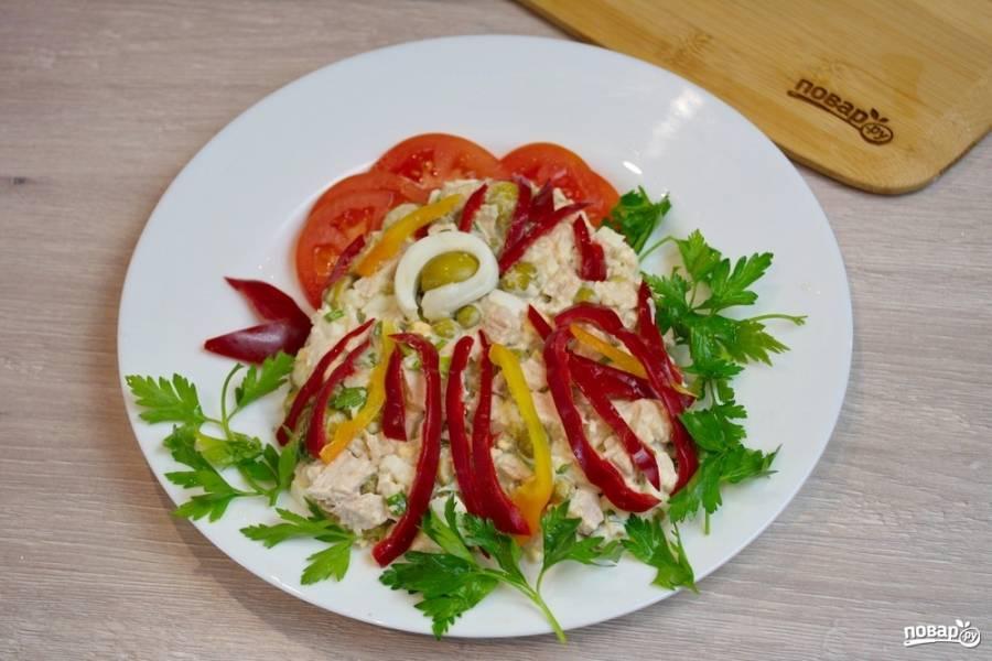 Из болгарского перца двух цветов нарежьте полосочки. Выложите их по всей форме. Это будут перышки петуха. Из яйца и оливки сделайте глазик.  Хохолок можно сделать из перца или помидора.  Так же поступаем с клювиком.  Фантазия ваша вольна. Можно придумать другой декор.  Болгарский перец и помидоры совсем не лишние. Они дополняют вкус салата.