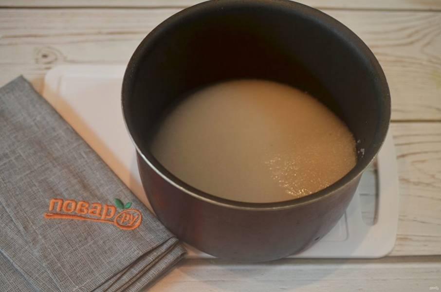 2. Сварите сироп из воды и сахара.