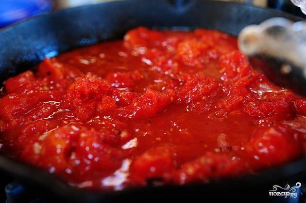 4. Довести до кипения и варить 1-2 минуты, затем добавить помидоры с соком. Добавить соль, перец, красный перец хлопьями и варить соус на сильном огне в течение 10-15 минут.