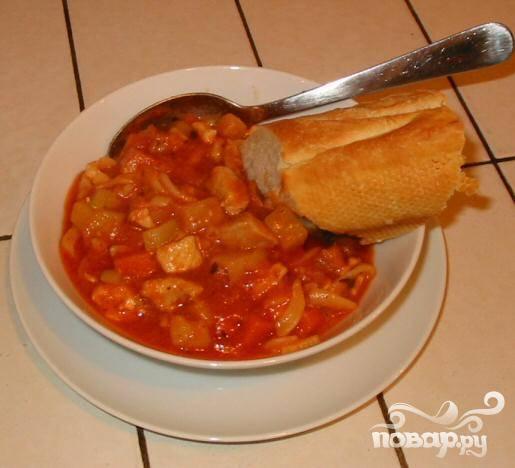 6.Приправить по вкусу и посыпать петрушкой. Подавать горячим с французским багетом. Куриный суп с пастой может храниться в холодильнике 1-2 дня. Его также можно заморозить.