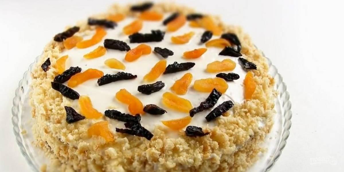 5. Соберите торт, смажьте бока кремом и присыпьте крошкой. Украсьте торт сухофруктами. По возможности поставьте торт в холодильник на 5-6 часов. Приятного аппетита!