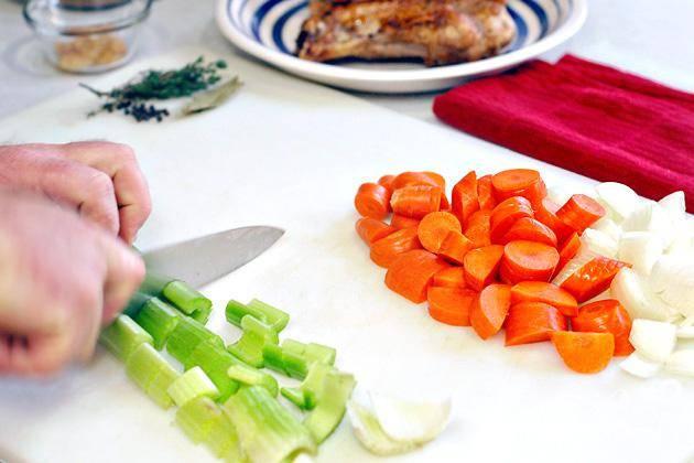 2. Очистить морковь, сельдерей и лук. Крупно нарезать все овощи. Пропустить чеснок через пресс.