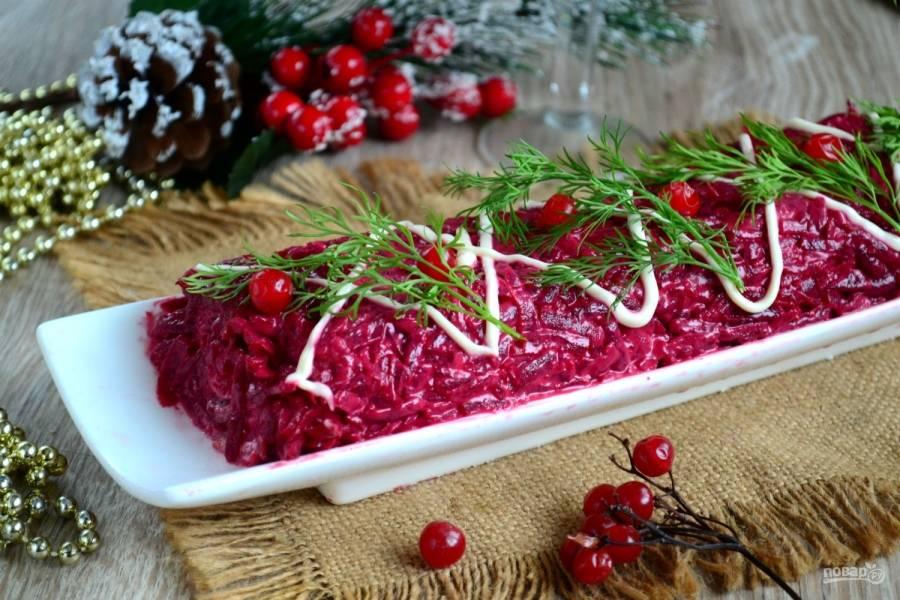 Все! Красивый, аппетитный и неизменно вкусный рулет «Сельдь под шубой» готов! Подавайте его к столу под восхищенные взгляды гостей! Счастливого Нового года!