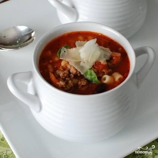 Заливаем макароны горячим супом и немедленно подаем.