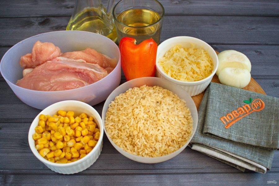 Подготовьте необходимые продукты. Овощи вымойте, очистите. Рис промойте, откиньте на сито. Куриную грудку вымойте, обсушите бумажными полотенцами.