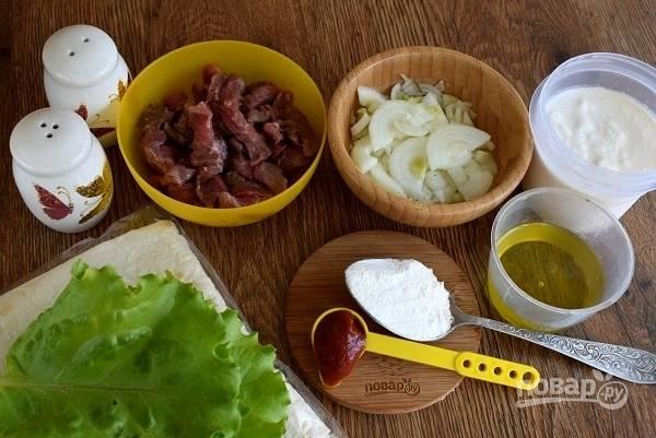 Подготовьте необходимые продукты. Мясо промойте, обсушите. Нарежьте мясо на тонкие ломтики (5 мм) поперёк волокон. Ломтики — тонкой соломкой. Лук очистите и нарежьте тонкими четвертькольцами.