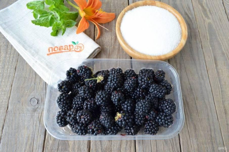 Для варенья отберите только здоровые ягоды. Отвесьте сахар. Простерилизуйте баночки и крышки для хранения варенья.