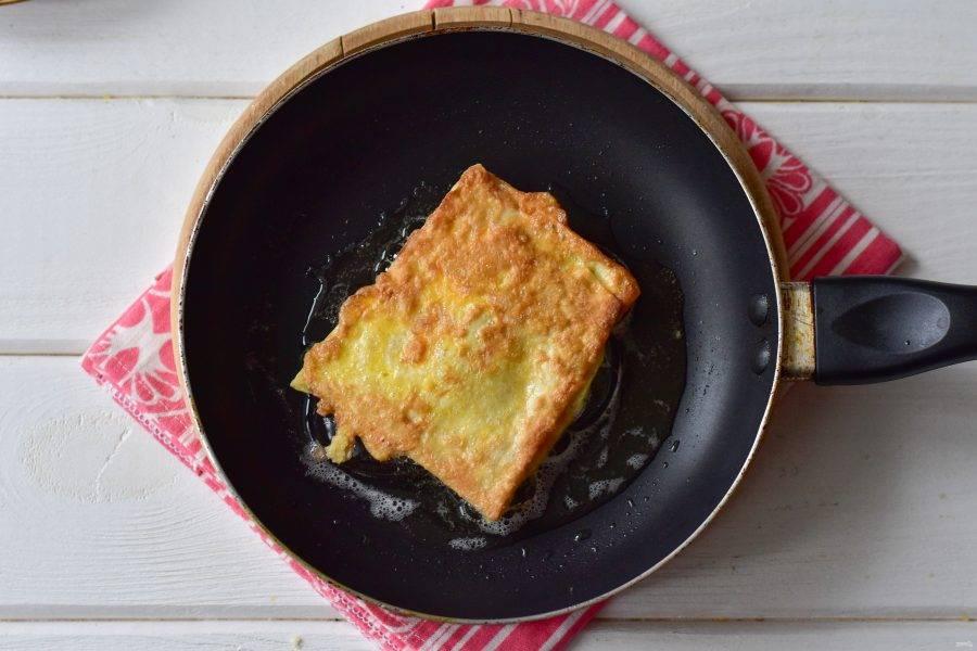 Обжарьте пирожок на растительном масле на умеренном огне по 30 секунд с каждой стороны.