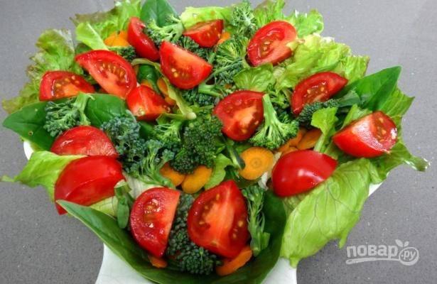 Помидоры крупные нарезаем на 6-8 долек, а мелкие — на 4, выкладываем их на салат.