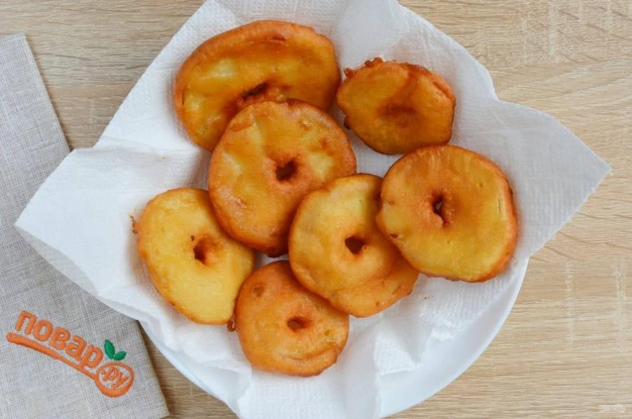 Выкладывайте готовые пончики на бумажные салфетки, чтобы стек лишний жир.