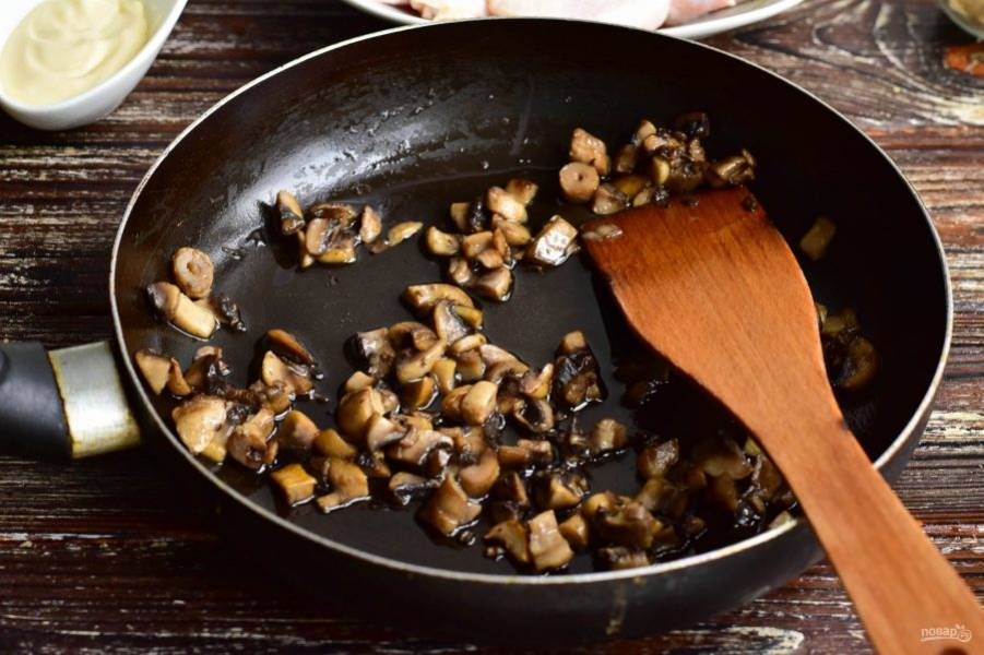 Грибы нарежьте и обжарьте в сковороде, налив и разогрев в ней предварительно растительное масло. Добавьте по вкусу соль.