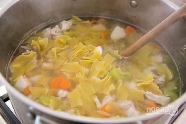 10.Добавьте в суп лапшу и варите 3-5 минут. Добавьте измельченную петрушку, чеснок.
