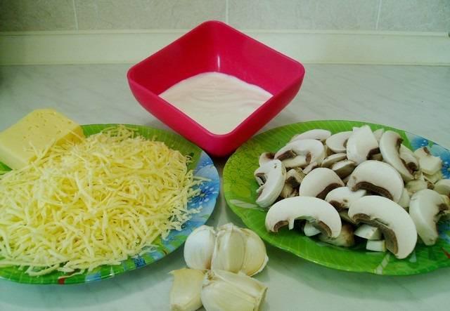 4. Тем временем можно натереть на терке твердый сыр. Луковицу нарезать тонкими полукольцами, а грибы - ломтиками.