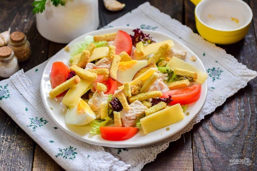 Сбрызните салат оливковым маслом, выложите гренки и подавайте к столу. Гренки у меня магазинные, вы же можете сделать домашние, просто подсушить кусочки батона в духовке, приправить специями по вкусу.