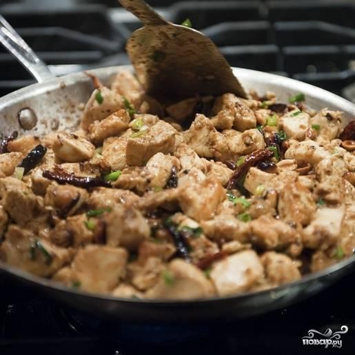 12. Обжаривайте курицу в соусе по-китайски еще в течение 3-4 минут, помешивая.