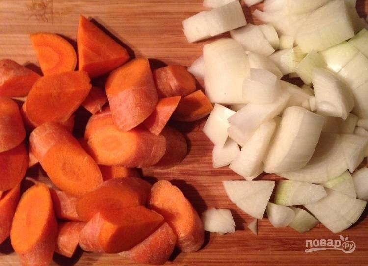 2. Морковь нарежьте крупными ломтиками, лук — кубиками среднего размера, чеснок измельчите.