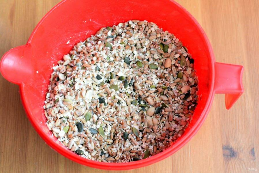 Смешайте гречку с овсяными хлопьями, семенами и орехами. Добавьте соль и мед.