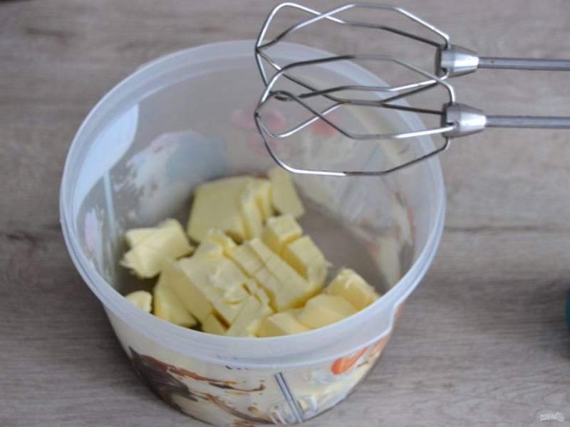 Взбейте 250 грамм сливочного масла комнатной температуры до пышности.