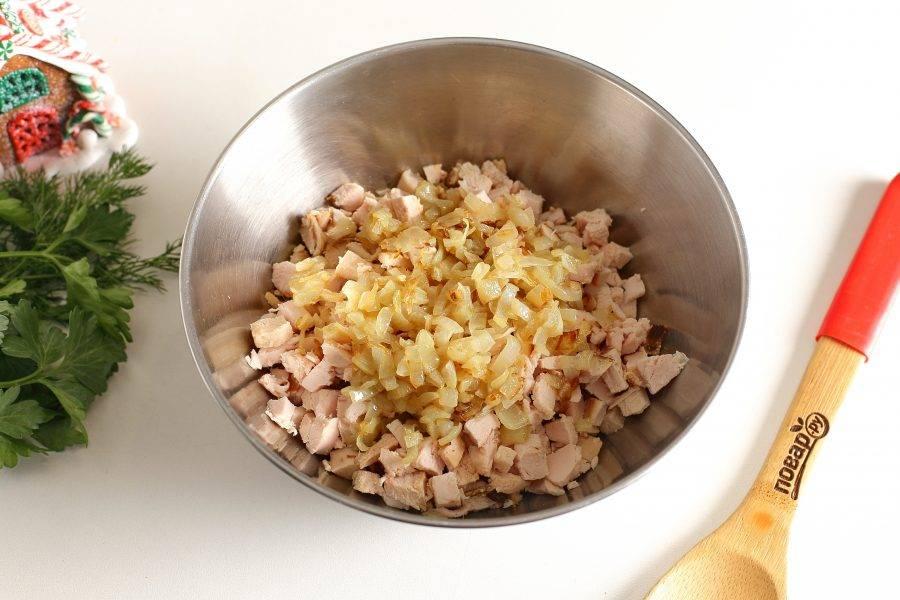 Лук измельчите и обжарьте на сковороде. Затем добавьте к остальным ингредиентам.