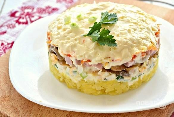 Слоеный салат с маринованными грибами