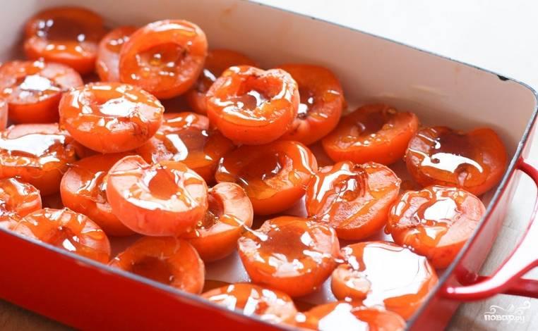 Абрикосы промойте, разделите на половинки и удалите косточки. Переложите абрикосы в форму для запекания, полейте медом с анисом. Выпекайте в духовке 10 минут, температура 200 градусов.