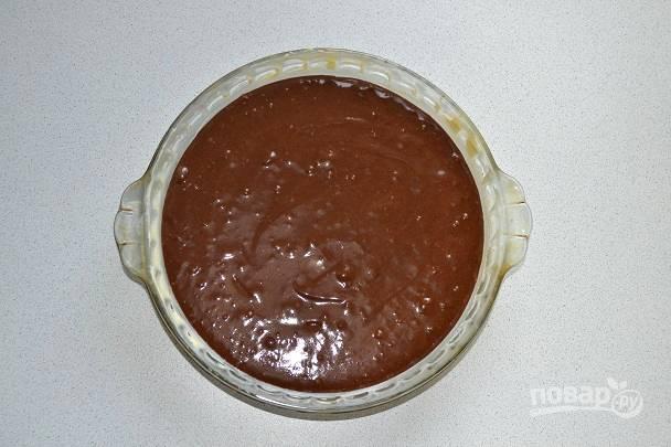 Жаропрочную форму я смазала немного сливочным маслом. Вылейте тесто и отправьте в разогретую до 190 градусов духовку.