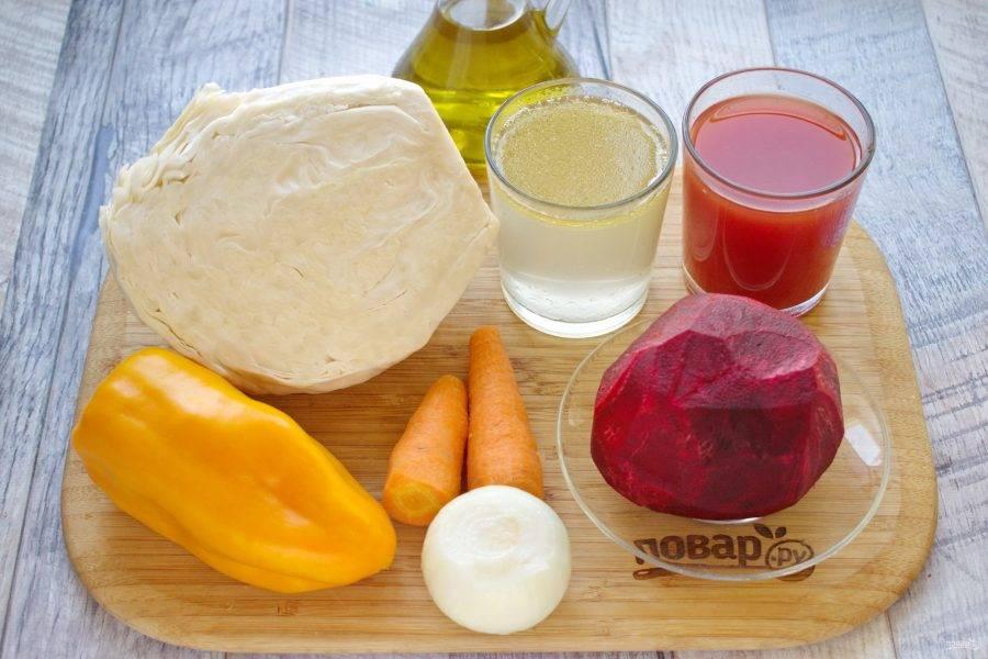 Подготовьте необходимые продукты. Овощи вымойте, очистите. Перец разрежьте на половинки, удалите семена.