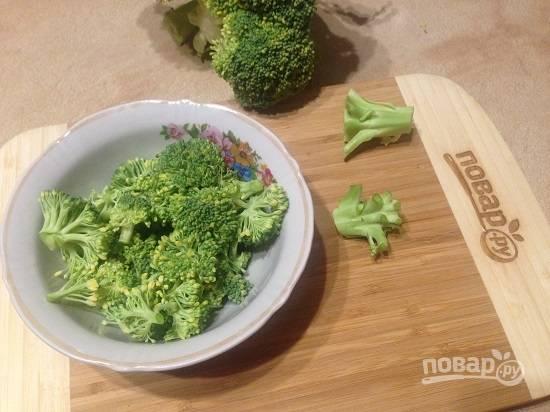 5. Брокколи разбираем на мелкие соцветия. Толстые стебли можно натереть на терке и тоже использовать для супа.