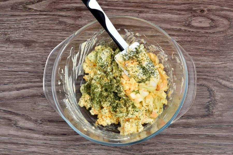 Сбрызните салат лимонным соком и немного посолите. Заправьте свежей густой сметаной и посыпьте зеленью укропа. Добавьте немного свежесмолотого перца.