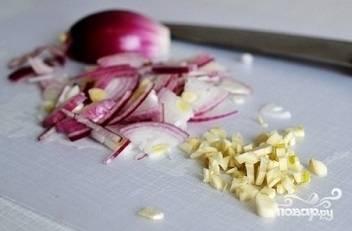 1. Лук и чеснок помойте, удалите шелуху, после этого меленько нарежьте. Тимьян стоит промыть и встряхнуть. Слишком измельчать продукт не стоит. Лимон также промойте, разрежьте две части. Половинку уберите, она останется для приготовления других блюд, а со второй срежьте цедру, измельчите ее, перетирая на терке, лимонный сок выдавите в тарелку.